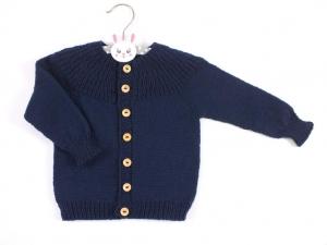 Handgestrickte Babyjacke in dunkelblau aus weichem Garn - hält wunderbar warm an kühlen Tagen -Größe 74 - 80.  (9 - 12 Monate)