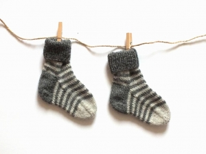 Handgestrickte niedliche Babysocken aus weicher Wolle - ein tolles Mitbringsel - Fußlänge ca. 10 cm   (0 - 3 Monate)