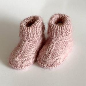Handgestrickte warme Babybooties aus weicher Wolle in puderrosa - ein tolles Geschenk - Fußlänge ca. 10 cm (0 - 3 Monate)