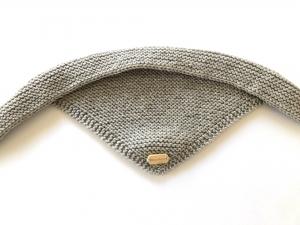 Handgestrickter dreieckiger Babyschal aus weicher Wolle (Merino) in hellbraun - ein tolles Geschenk - Handarbeit kaufen