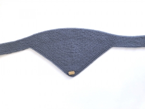 Handgestrickter dreieckiger Babyschal aus weicher Wolle (Merino) in rauchblau - ein tolles Geschenk  - Handarbeit kaufen