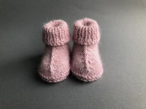 Reserviert für K. R. -  Handgestrickte warme Babybooties aus weicher Wolle in puderrosa - ein tolles Geschenk - Fußlänge ca. 10 cm (0 - 3 Monate)