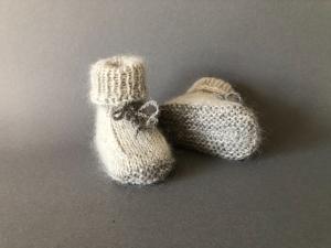 Handgestrickte warme Babybooties aus weicher Wolle in grau - ein tolles Geschenk - Fußlänge ca. 10 cm (0 - 3 Monate)     - Handarbeit kaufen