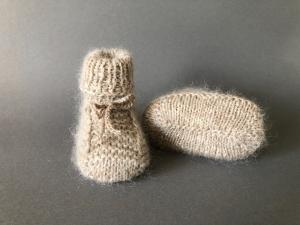 Handgestrickte warme Babybooties aus weicher Wolle in hellbeige - ein tolles Geschenk - Fußlänge ca. 10 cm (0 - 3 Monate)     - Handarbeit kaufen