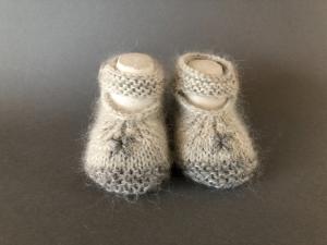 Handgestrickte Baby-Ballerina in grau - ein tolles Geschenk - Fuß 10 - 11 cm (0 - 3 Monate)   - Handarbeit kaufen