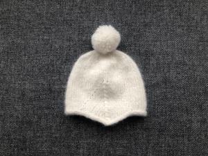 Kuschelweiche Babymütze mit Bommel in wollweiß - ein toller Begleiter im Winter - KU 40-43 cm (3 - 6 Monate)    - Handarbeit kaufen