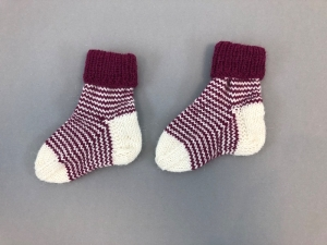 Handgestrickte niedliche Babysocken aus weicher Wolle - ein tolles Mitbringsel - Fußlänge 10 - 11 cm   (0 - 3 Monate)    - Handarbeit kaufen