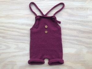 Handgestrickte Latzhose für Neugeborene aus weicher Wolle (Merino) in dunkelrot - die sollte man unbedingt kaufen - Größe 56 - 62  (1 - 3 Monate) - Handarbeit kaufen