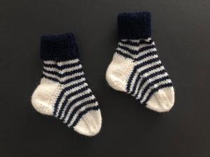 Handgestrickte niedliche Babysocken aus weicher Wolle - ein tolles Mitbringsel - Fußlänge ca. 10 cm   (0 - 3 Monate)    - Handarbeit kaufen