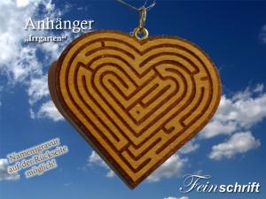 Holzänhängerin Herzform aus Kirschbaumholz mit eingraviertem Labyrinth