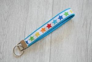 Schlüsselanhänger, Schlüsselband Sterne in Regenbogenfarben mit Gurtband aus Baumwolle in türkis, Länge 15 cm - Handarbeit kaufen