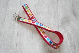Schlüsselband Herzen in Regenbogenfarben mit Gurtband aus Baumwolle in Rot, Länge 52 cm - Handarbeit kaufen