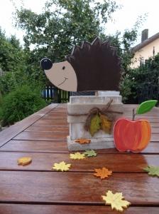 Igel auf Fichtenholzsockel mit Apfel, liebevoll bemalt und dekoriert