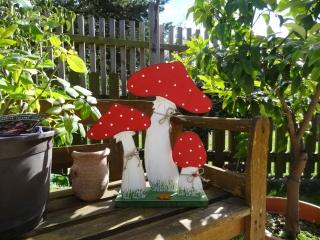 Liebevoll bemaltes Pilztrio aus Holz