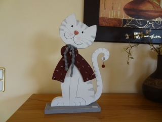 Süße kleine Winterkatze mit Schal