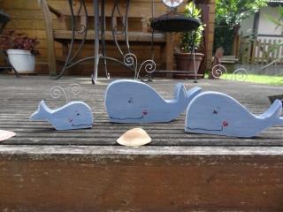 Liebevoll bemalte Wal Familie aus Holz