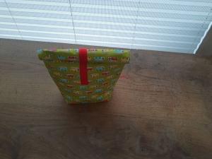 Rolltasche - Lunchbag - Kulturtasche außen kleine Busse auf grün, innen abwaschbar  - Handarbeit kaufen