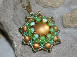 Gefädelte Perlenkette in Grün und leuchtendem Hellbraun