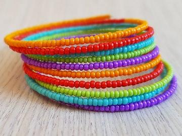 Boho-Wickelarmreif mit bunten Perlen in Orange, Rot, Türkis, Grün und Lila - Handarbeit kaufen