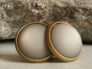 Graue Polaris-Ohrstecker in bronzefarbener Fassung - Handarbeit kaufen