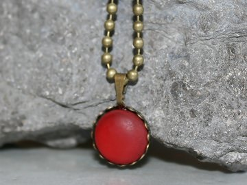 Zierliche Kette mit kleinem roten Polaris-Anhänger