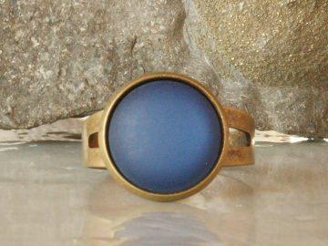 Schlichter Ring mit blau leuchtendem Schmuckstein - Handarbeit kaufen