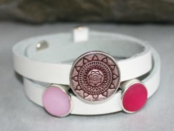 Weißes Wickelarmband aus Leder mit Polaris-Steinen in Rosa und Pink und Mandala-Schiebeperle
