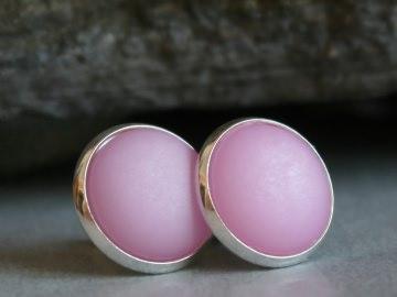 Polaris-Ohrstecker in zartem Rosa mit besonderem Schimmer in silberfarbener Fassung - Handarbeit kaufen