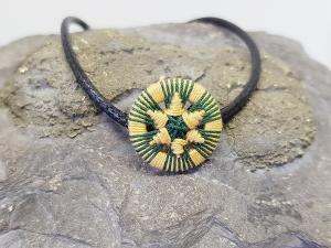 Zierliches Armbändchen mit handgewickeltem Schmuck-Knopf in Grün und Gelb - Handarbeit kaufen