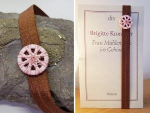 Gummiband mit handgewickeltem Knopf - Verwendbar als Lesezeichen und/oder Armband - Braun und Rosa - Handarbeit kaufen