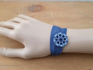 Gummiband mit handgewickeltem Knopf - Verwendbar als Armband und/oder Lesezeichen - Blau - Handarbeit kaufen