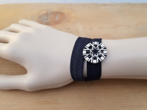 Gummiband mit handgewickeltem Knopf - Verwendbar als Armband und/oder Lesezeichen - Schwarz Beige - Handarbeit kaufen