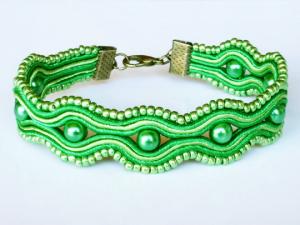 Grünes Armband mit Perlen und Soutache - Handgenäht - Handarbeit kaufen