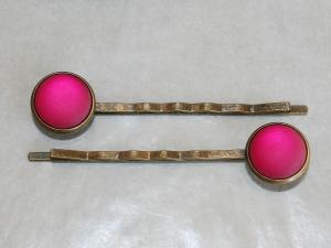 Ein Paar Haarnadeln mit pink leuchtenden Schmucksteinen - Handarbeit kaufen