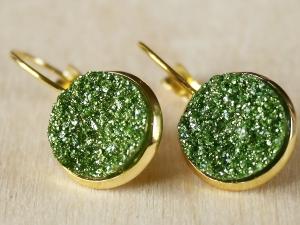 Ohrringe mit grünem Faux Druzy in goldfarbener Fassung - Handarbeit kaufen
