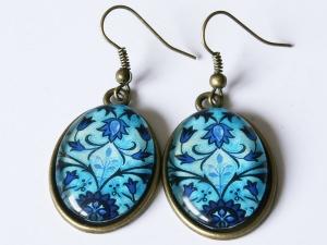 Ohrhänger mit graphischem Blumen-Motiv in Blautönen - Handarbeit kaufen