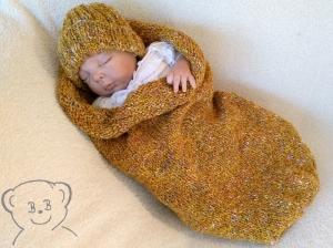Baby Kuschelsack und Mütze [Farbe HERBST-GOLD] meliert gestrickt