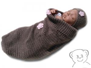 Baby Kuschelsack und Mütze [Farbe BRAUN mit rosa Blumen] gestrickt und gehäkelt, aufgenähte Applikation Häkelblümchen