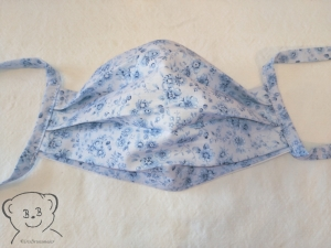 Mund-Nasen-Bedeckung, Behelfsmaske, Muster [Blumen blau-weiß und weiß uni], zweilagig, waschbar, mit Bindebändern - Handarbeit kaufen