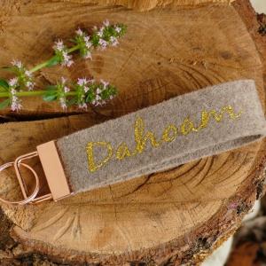 Schlüsselanhänger, Schlüsselband aus Wollfilz mit Aufschrift Dahoam, Geschenk Einzug, Neue Wohnung, neues Haus - Handarbeit kaufen
