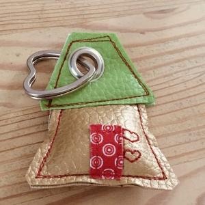 Schlüsselanhänger, handgefertigt, Kunstleder, Häuschen gold-grün, incl. Schlüsselring Herz  - Handarbeit kaufen