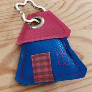 Schlüsselanhänger, handgefertigt, Kunstleder, Häuschen blau-pink, incl. Schlüsselring Blume  - Handarbeit kaufen