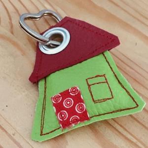 Schlüsselanhänger, handgefertigt, Kunstleder, Häuschen grün-dunkelrot, incl. Schlüsselring Herz   - Handarbeit kaufen