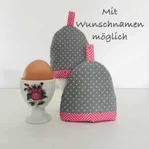 2-er Set Eierwärmer mit Namen, Eierhütchen, Eiermütze, handgefertigt, personalisierbar, Baumwolle, grau / pink Rautenmuster - Handarbeit kaufen