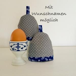 2-er Set Eierwärmer mit Namen, Eierhütchen, Eiermütze, handgefertigt, personalisierbar, Baumwolle, grau / blau Blumen - Handarbeit kaufen