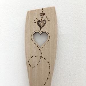 Pfannenwender gerade, aus Holz mit Herz, Brandmalmotiv, Zero Waste, Buchenholz, zwei Herzen mit Spur - Handarbeit kaufen