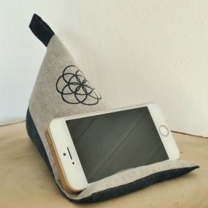 Handy Sitzsack, Smartphone Halter, Handykissen, Handyhalter, Pyramidenkissen, Handyständer, Baumwolle, Canvas beige/marine, Blume des Lebens, Mandala  - Handarbeit kaufen