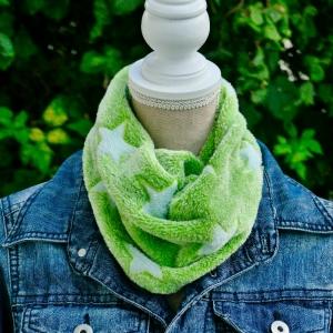 Loopschal, Schlauchschal, Fleeceschal, Kuschelschal, Kuschelloop, handgefertigt aus Wellnessfleece, Sterne grün - hellblau  - Handarbeit kaufen