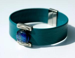 breites Armband Nappa-Leder mit Schmuckteil aus dichroitischem Glas petrol