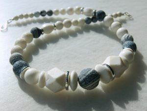 apartes Collier - weiße Koralle + grauer Achat